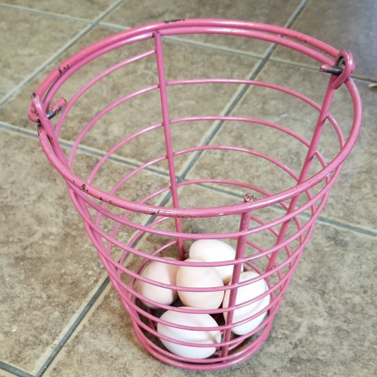 Metal egg basket with handle