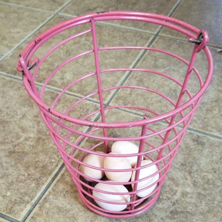 Metal egg basket with handle