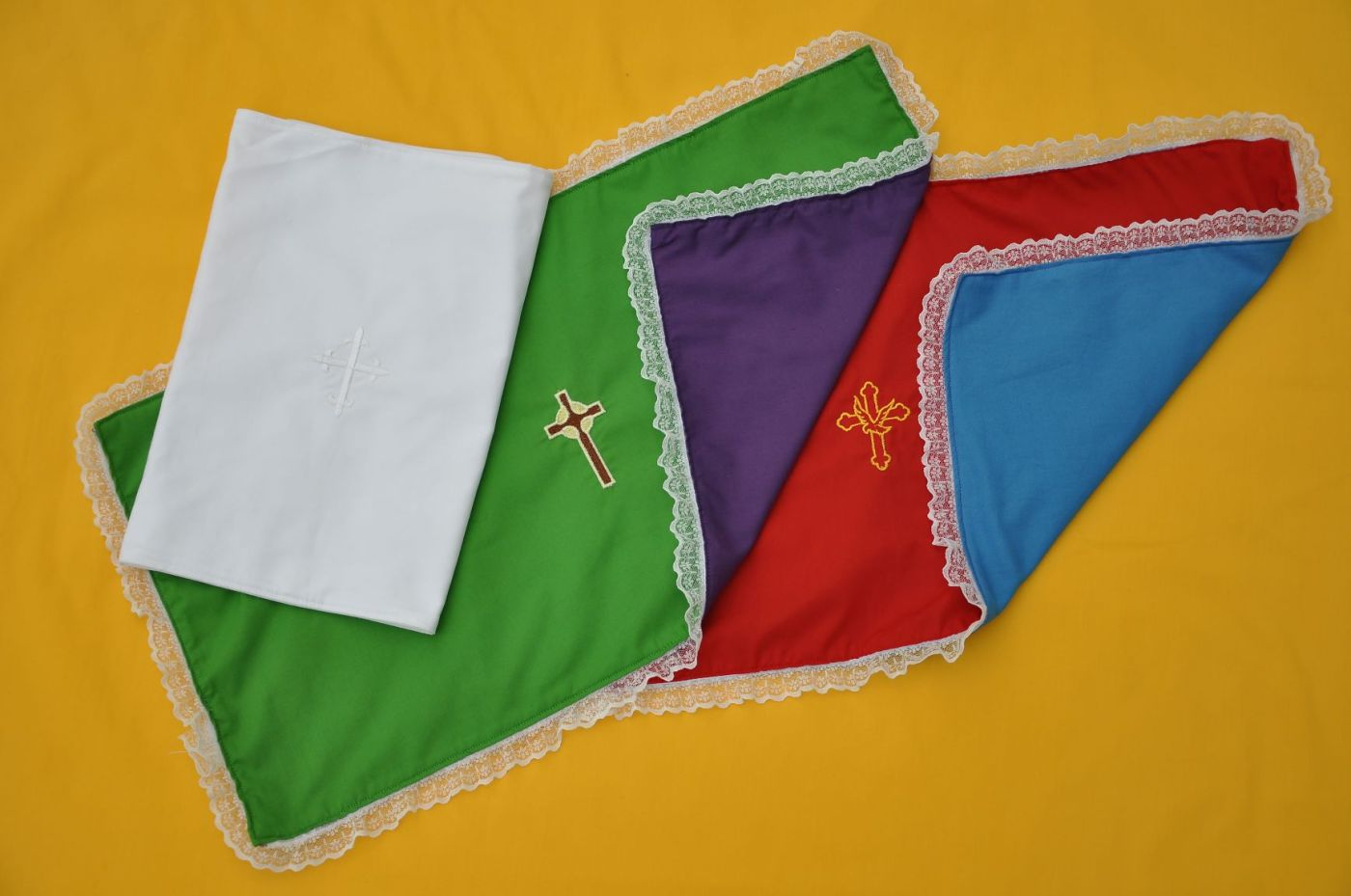 Reversible prayer table cloths in liturgical colors